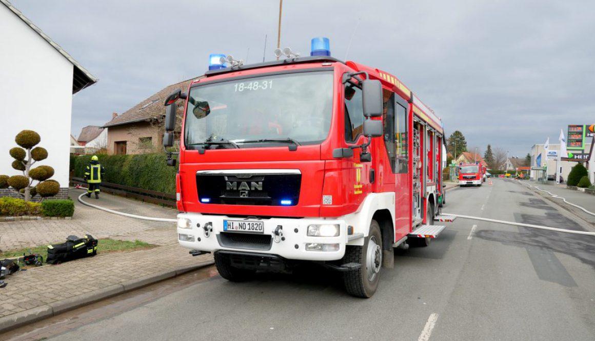 Feuerwehrfahrzeug der Ortsfeuerwehr Nordstemmen beim Brand einer Terrassenüberdachung in Nordstemmen
