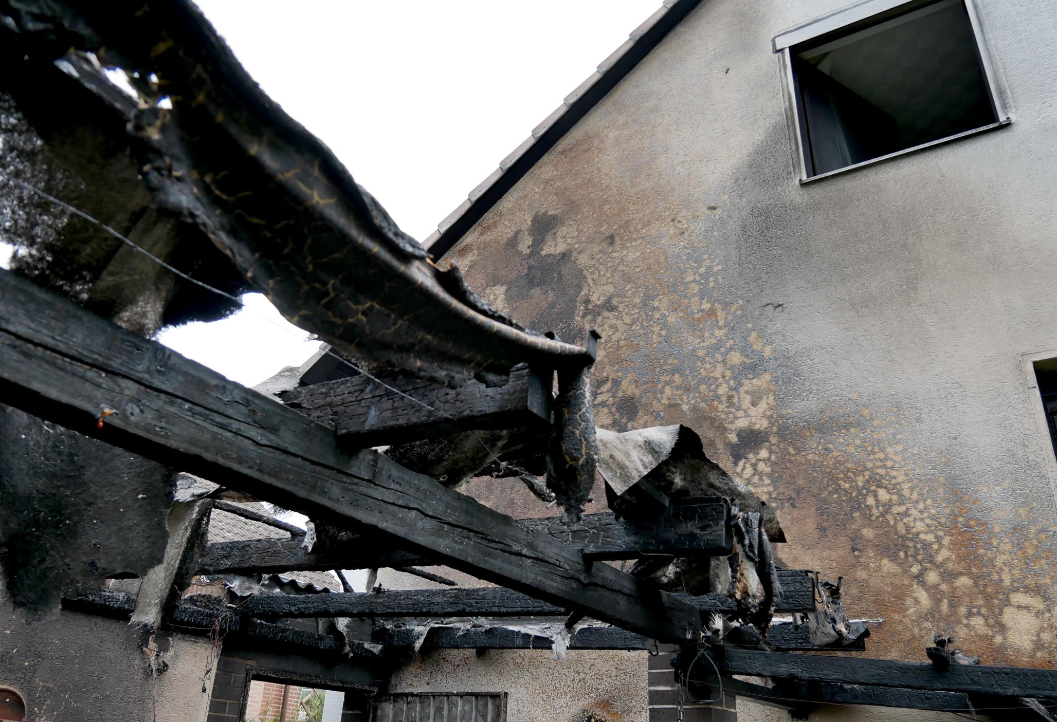 Bild zeigt abgebranntes Terrassendach bei einem Brandeinsatz in Nordstemmen
